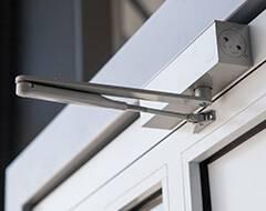 Алюмінієві зовнішні двері Plus Line wisniowski. Доводчик з важелем тяги