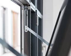 Відкидне сталеве вікно Arte для промислових об'єктів