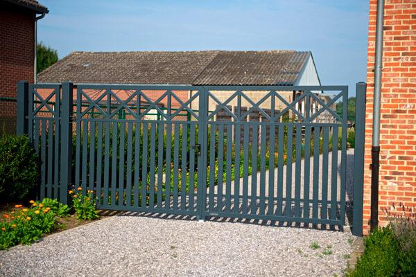 Функціональні розпашні ворота