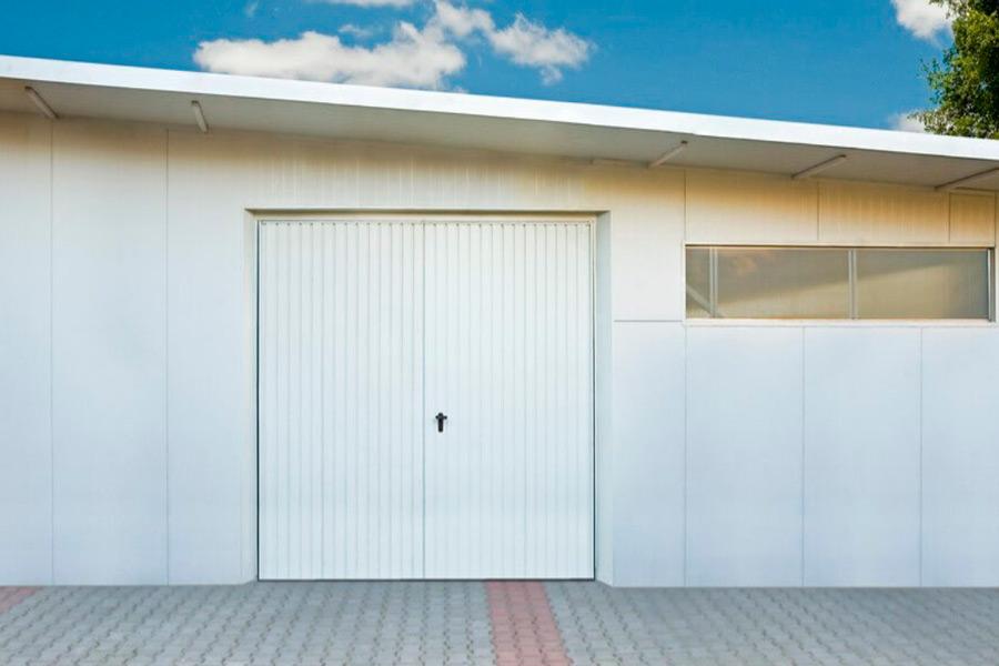 Безпечні розпашні гаражні ворота